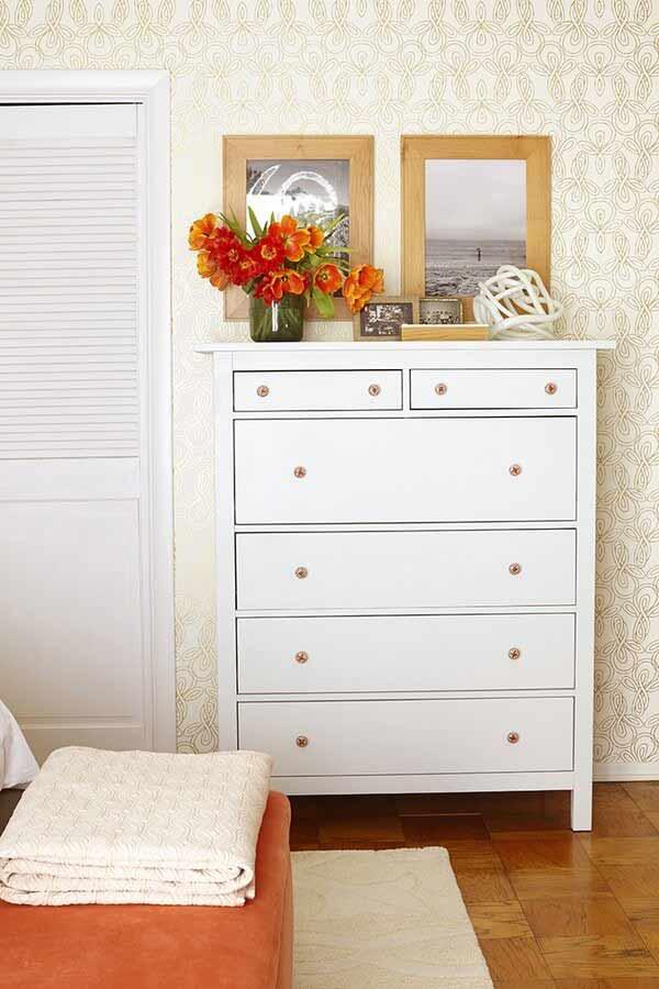 Sau khi được thay áo mới: Sử dụng giấy dán tường và tông màu trắng cho cửa đi và tủ đồ.