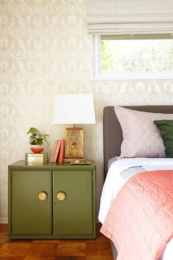 Sau khi cải tạo: Tủ đầu giường được thay thế bằng màu xanh ấn tượng