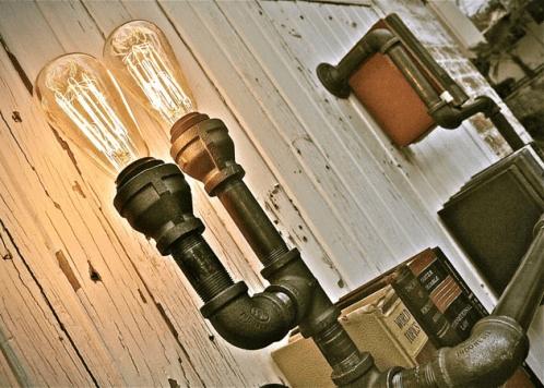 Luồn dây diện vào ống tuýp, bạn biến chiếc kệ sách thành đèn trang trí rất độc đáo