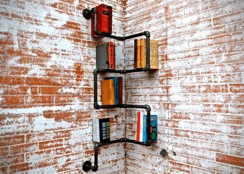 Kệ sách được gắn vào góc tường.