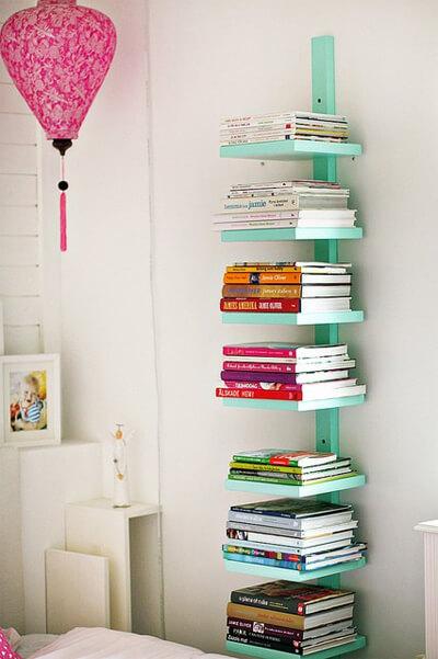 Giá sách sát tường khiến góc phòng 'bừng sáng'