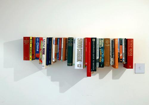 Làm sao mà những cuốn sách này lại nằm lơ lửng trên tường vậy? thật không thể tin được :)
