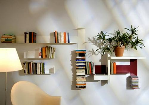 Những chiếc kệ sách treo tường được decor cực kỳ tinh tế và sáng tạo