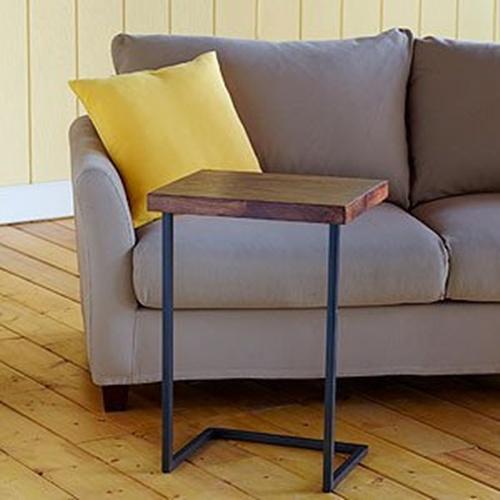 Bạn có thể tự đóng kiểu bàn này với phần chân thép và một miếng gỗ nhỏ.