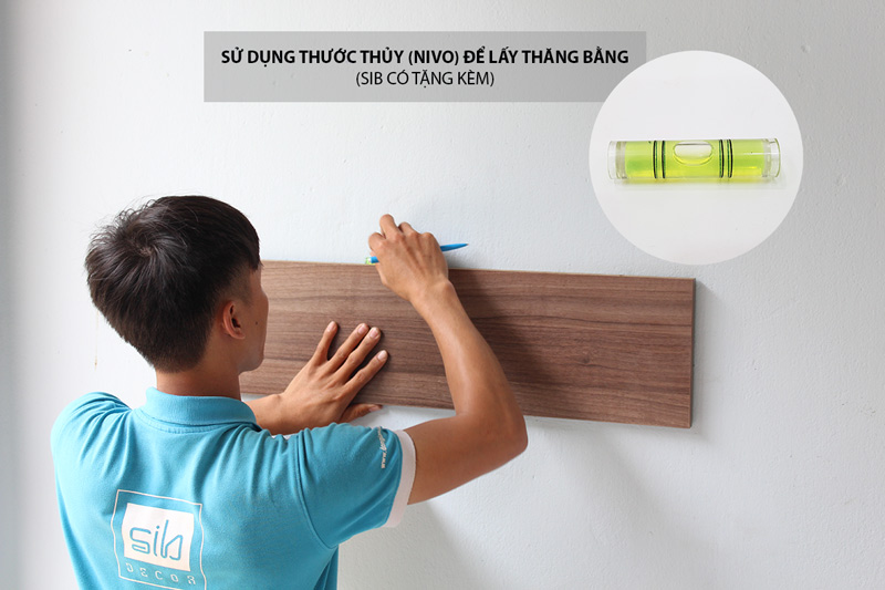 Đánh dấu vị trí kết cấu kệ gỗ trên tường.