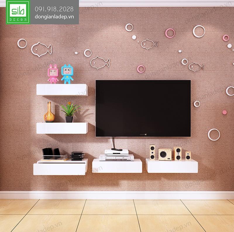 Kệ treo tường được bố trí xung quang chiếc tivi trong phòng khách