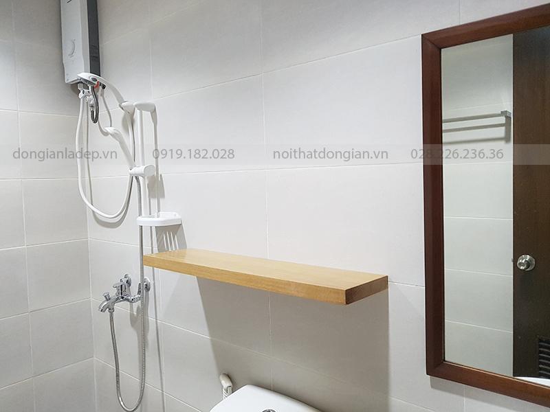 Kệ treo tường được làm từ gỗ sồi tự nhiên nguyên khối (không ghép)