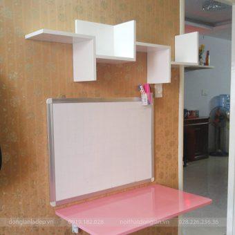 Bàn gấp màu hồng cùng kệ sách cách điệu màu trắng sơn bóng 2K