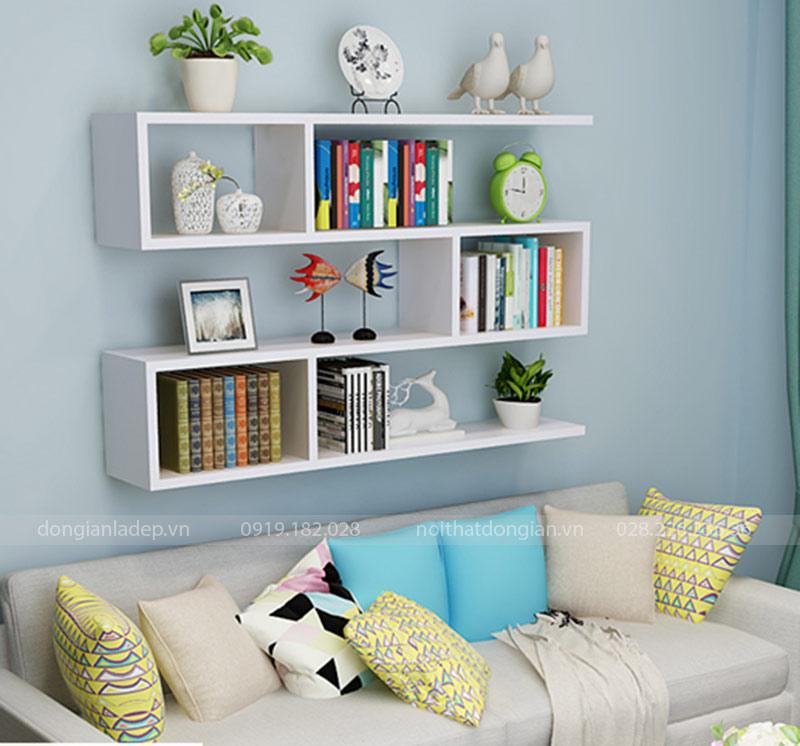 Chiếc kệ sách treo tường 3 tầng phía trên sofa phòng khách