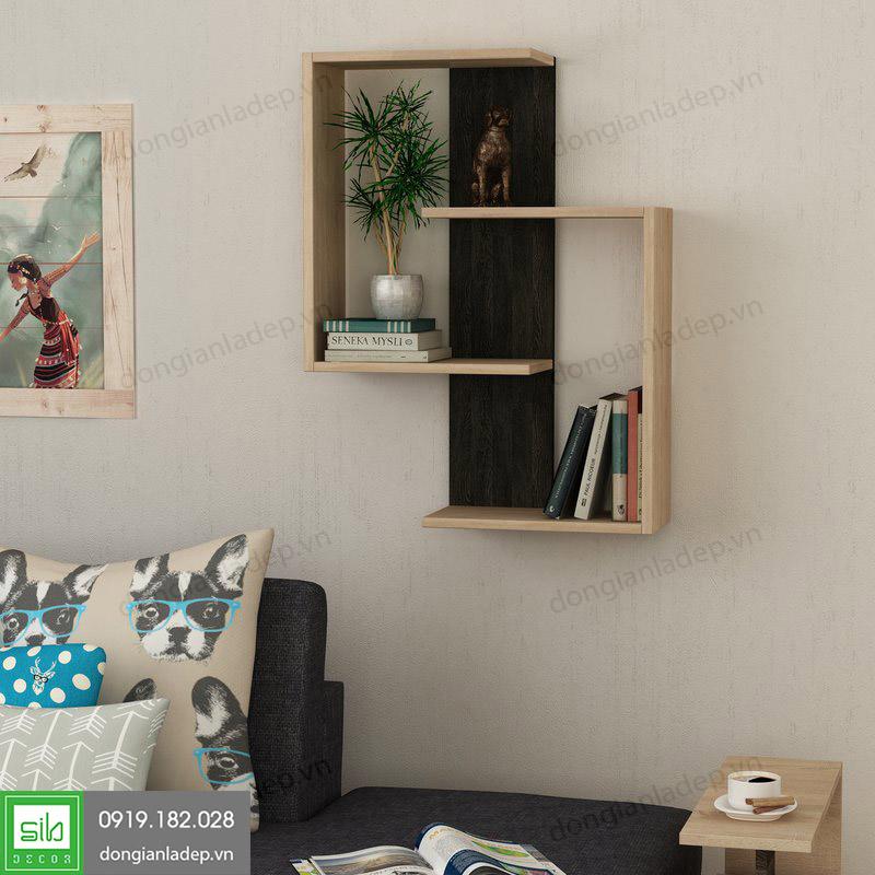 Chiếc kệ gỗ treo tường nổi bật trong không gian phòng khách.