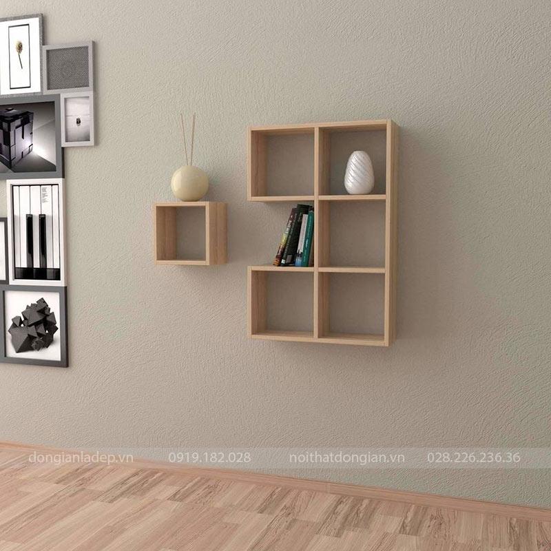 Màu vân gỗ sồi đơn giản. Chiếc kệ sách treo tường nổi bật không gian.