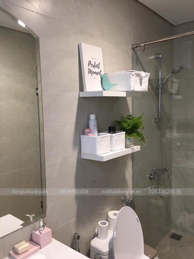 Kệ thanh ngang treo tường 60x20 màu trắng trong nhà vệ sinh