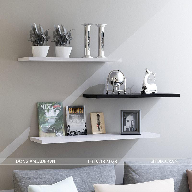 3 kệ treo tường màu trắng đen bên trên sofa phòng khách