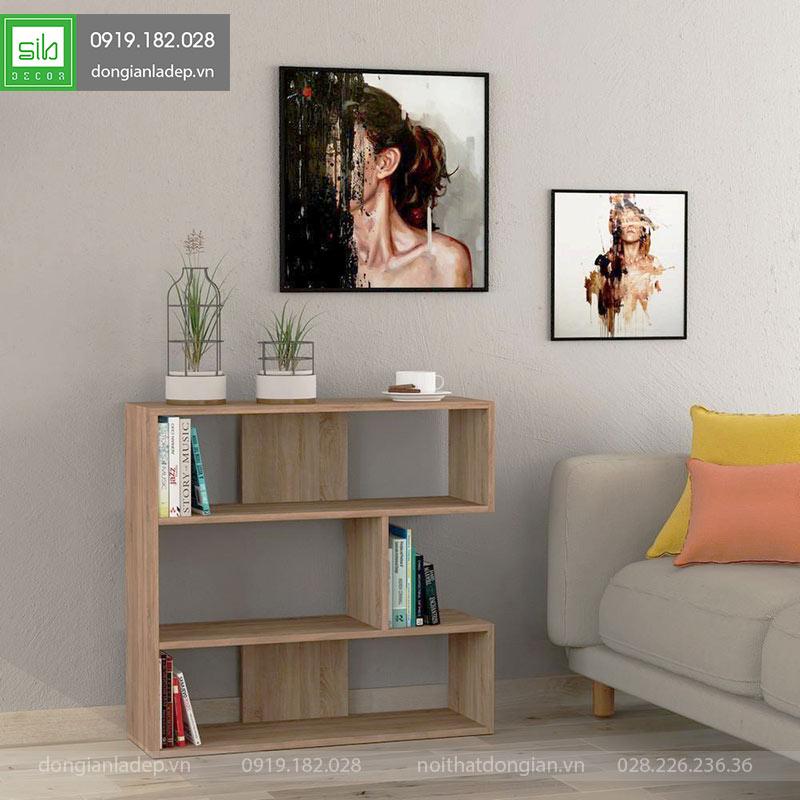Kệ trang trí phòng khách màu gỗ sồi.