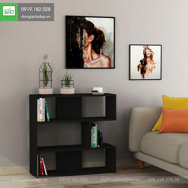 Kệ gỗ trang trí màu đen cho phòng khách.