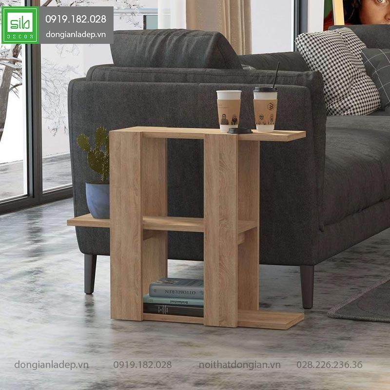 Kệ gỗ bên sofa màu vân gỗ sồi đơn giản