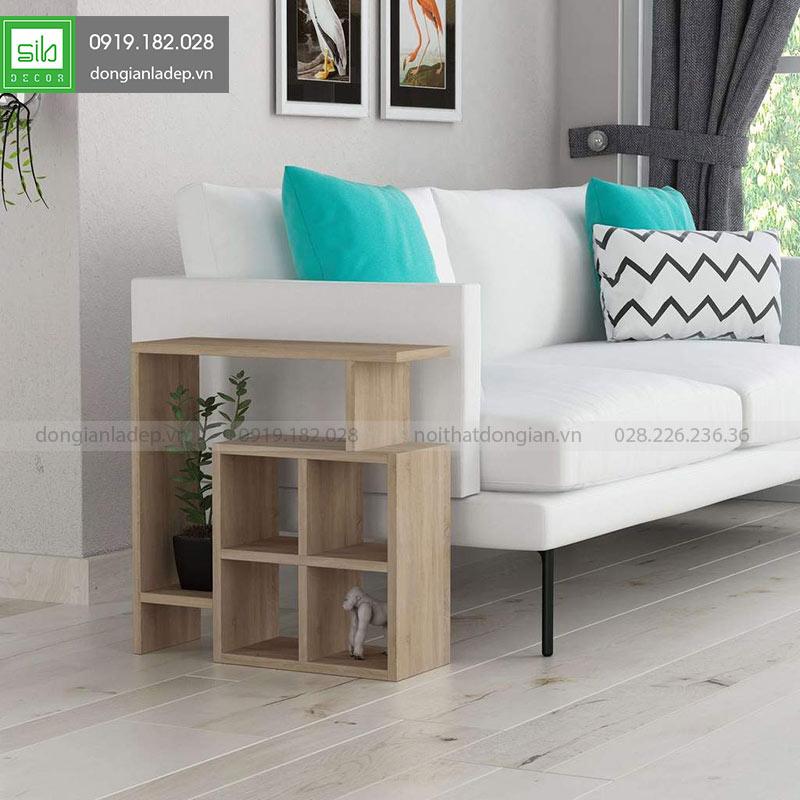 Kệ gỗ trang trí bên sofa màu gỗ sồi cổ điển và sang trọng trong phòng khách