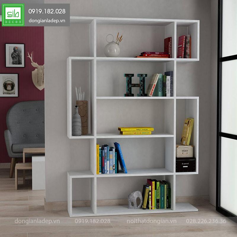 Giá sách gỗ màu trắng tinh tế làm nổi bật góc phòng khách.