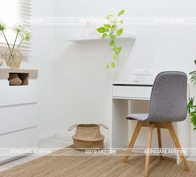 Kệ gỗ thanh ngang treo tường trên bàn làm việc