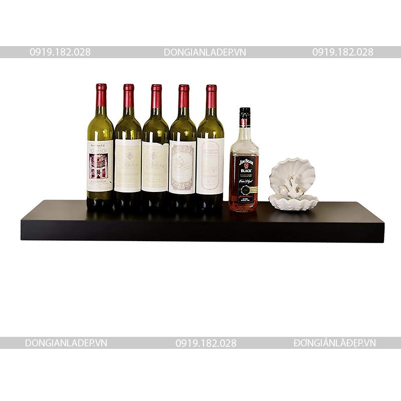 Kệ treo tường chắc chắn, có thể để cả những chai rượu mà không lo rơi đổ