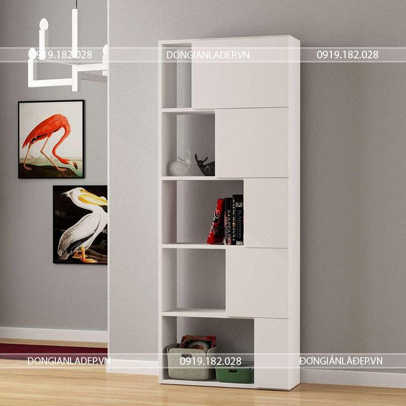 Chiếc tủ sách màu trắng nổi bật trong căn phòng