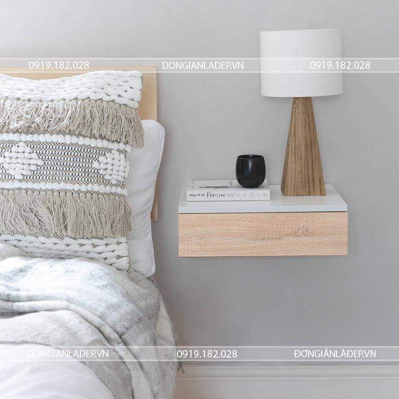 Kệ đầu giường treo tường nổi bật với màu trắng kết hợp màu vân gỗ
