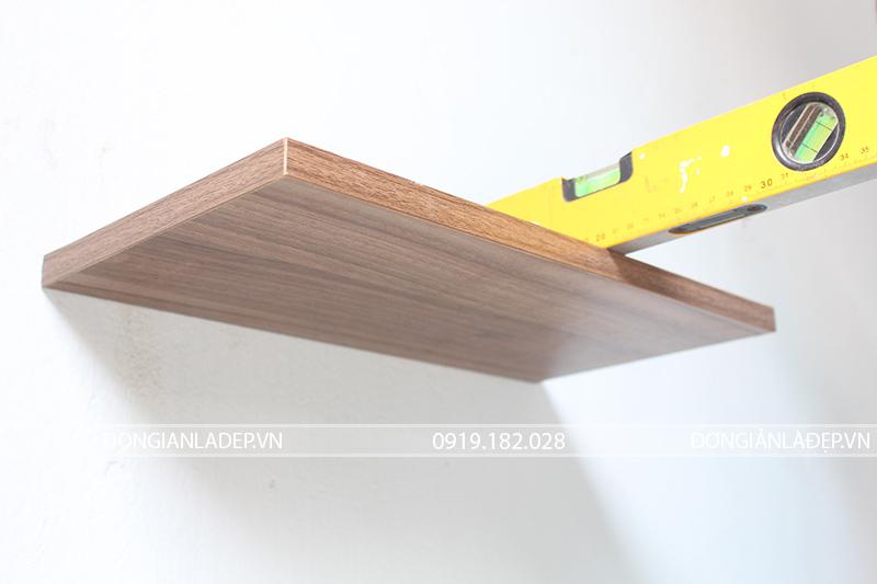 Kệ gỗ có bề rộng 20cm và bề dày gỗ 18mm.