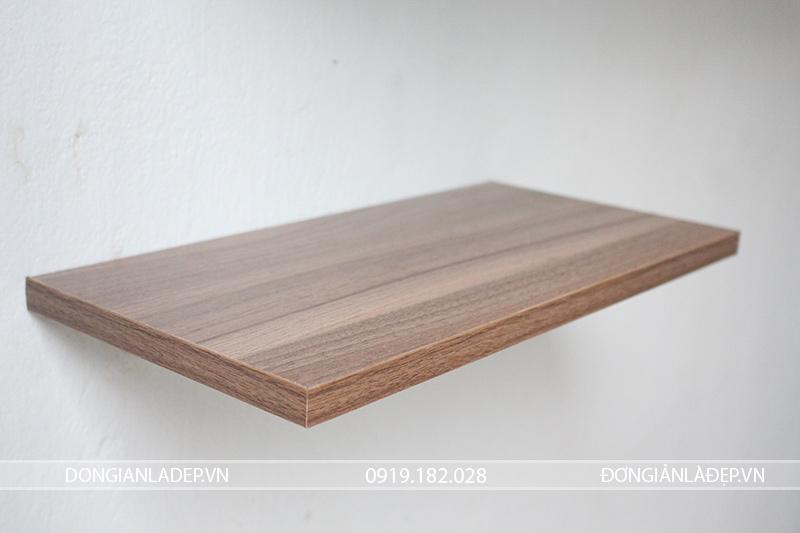 Kệ treo tường với kết cấu giấu chân chắc chắn, dễ dàng lắp đặt.