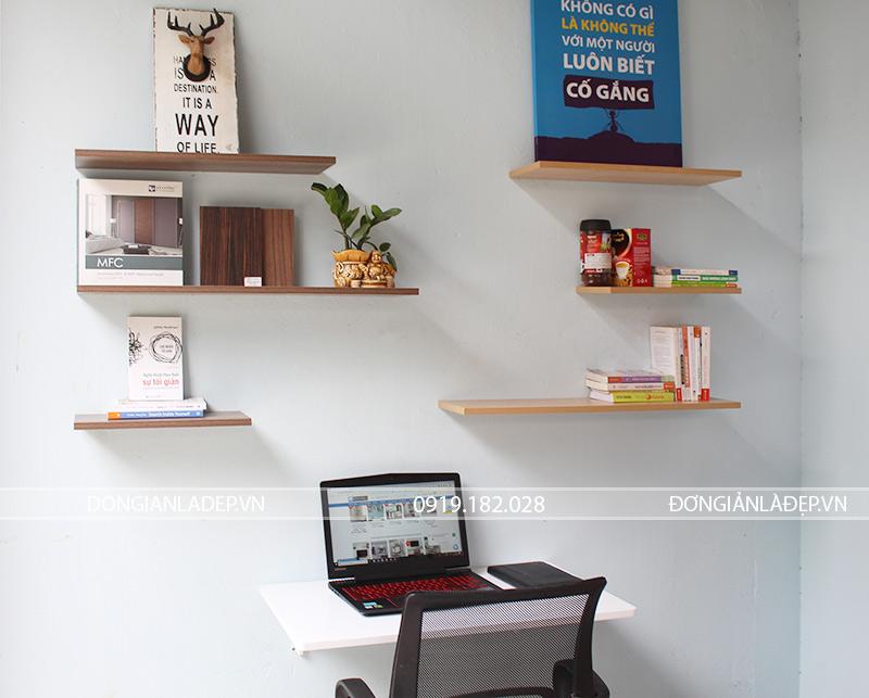 Một phương án đơn giản cho góc làm việc với kệ sách thanh ngang, bàn gấp treo tường và ghế tựa.