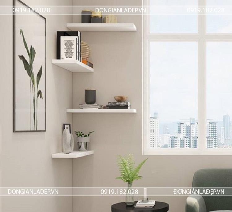 Ngoài góc tường, các kệ gỗ có thể gắn ở nhiều vị trí khác nhau trong căn phòng.