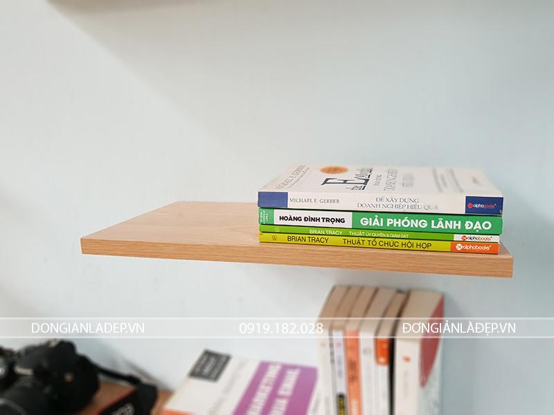 Kệ gỗ có bề sâu 20cm, cho khả năng để được rất nhiều loại sách có kích thước khác nhau.