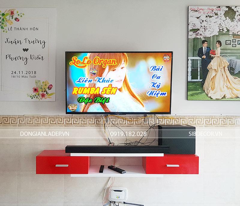 Hình thực tế mẫu kệ tivi treo tường TV143 màu trắng đỏ sang trọng