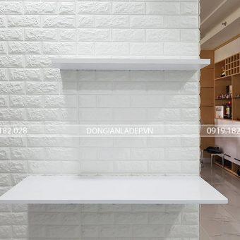 Bàn treo tường kết hợp thanh ngang để đồ màu trắng đơn giản, tinh tế
