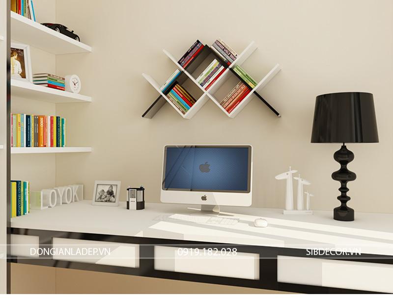 Kệ sách treo tường nổi bật bên trên bàn làm việc