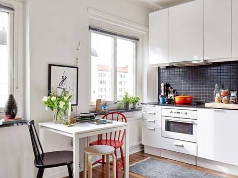 Nguồn sáng tự nhiên từ cửa sổ giúp khoảng bếp nhỏ trông sáng và xinh xắn hơn.