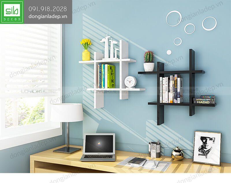 2 kệ treo tường dấu thăng màu trắng và đen bên góc bàn làm việc