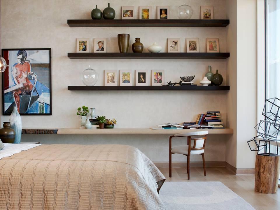 Kệ treo tường thanh ngang màu đen là điểm nhấn thú vị cho phòng ngủ