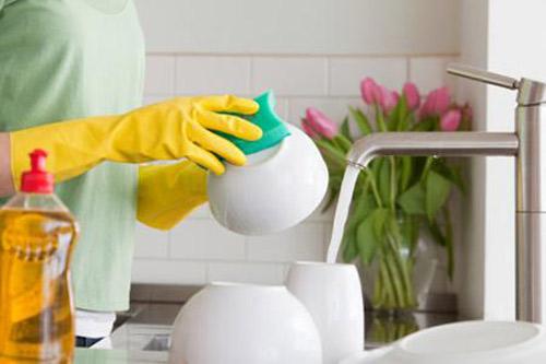 Rửa chén bát sau khi sử dụng giúp căn bếp của bạn gọn gàng hơn, không còn mùi đồ ăn khó chịu