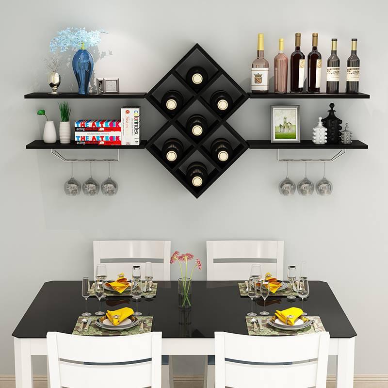 Kệ rượu treo tường màu đen sang trọng bên bàn ăn