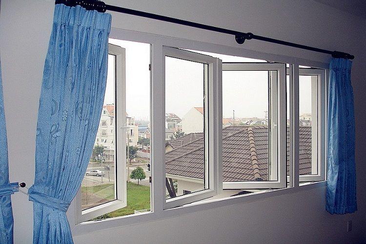 Mở cửa sổ thông gió cho ngôi nhà cần lưu ý tránh các giờ cao điểm, xe cộ hoạt động nhiều sẽ có khói bụi ô nhiễm