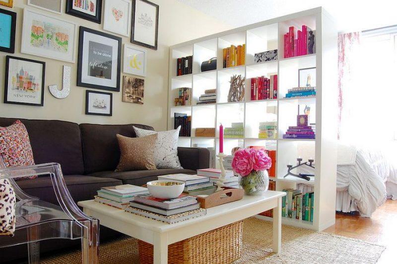 Kệ sách màu trắng đơn giản - vách ngăn giữa phòng khách và phòng ngủ