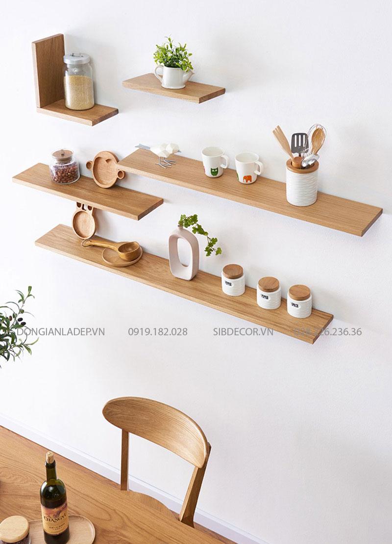 Ly, cốc, lọ gia vị, muỗng thìa,... đều rất hợp với kệ treo tường gỗ tự nhiên của SIB