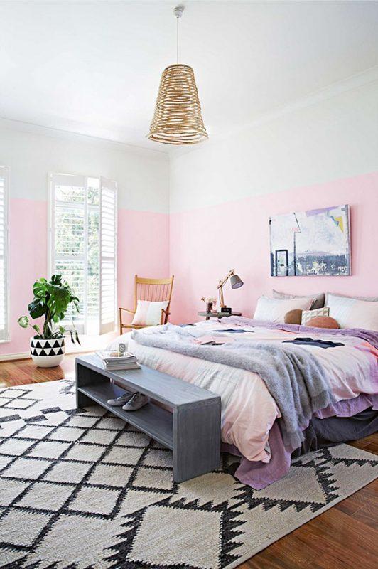 Sơn tường nửa hồng - trắng giúp không gian căn phòng trông thoáng và đẹp mắt