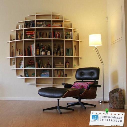 Kệ sách lớn màu vân gỗ sồi trong phòng đọc sách