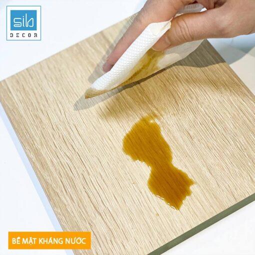 Bề mặt phủ melamine có khả năng kháng nước và dễ lau chùi.
