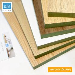 Gỗ công nghiệp HMR hay còn gọi làMDF lõi xanh chống ẩm, loại gỗ có độ bền sử dụng trên 10 năm. Bề mặt được phủ melamine có khả năng chống trầy xước, chịu nhiệt tốt và dễ dàng vệ sinh.