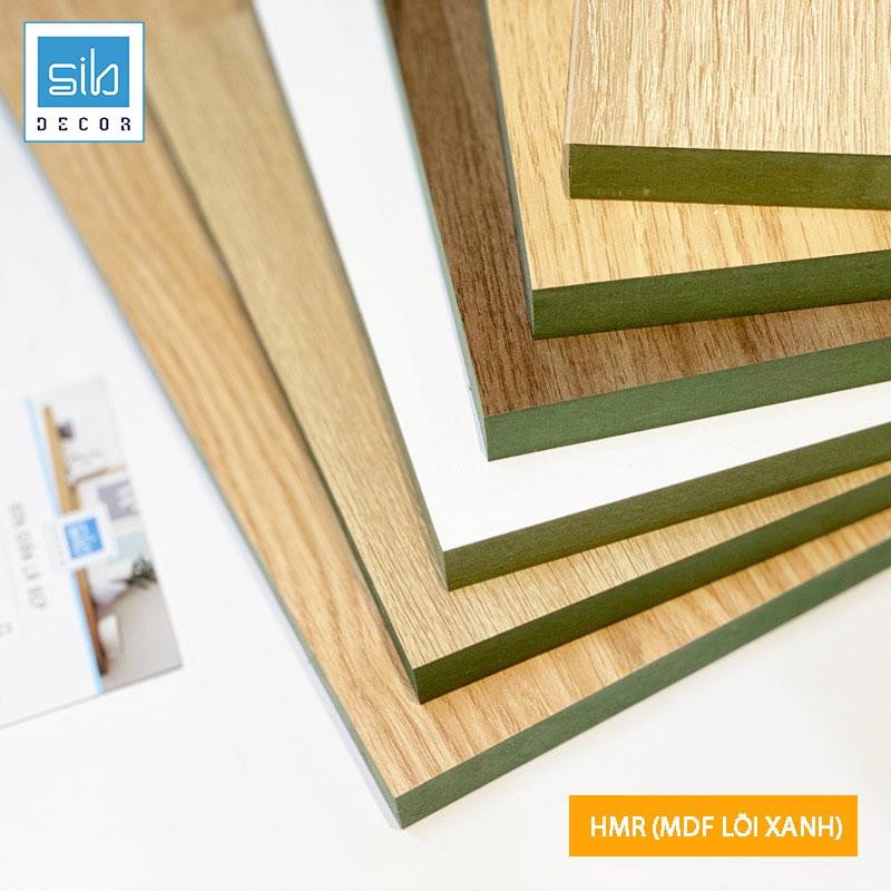Gỗ công nghiệp HMR hay còn gọi là MDF lõi xanh chống ẩm, loại gỗ có độ bền sử dụng trên 10 năm. Bề mặt được phủ melamine có khả năng chống trầy xước, chịu nhiệt tốt và dễ dàng vệ sinh.