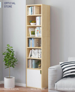 Chiếc kệ gỗ nhiều tầng đơn giản đặt tại phòng khách