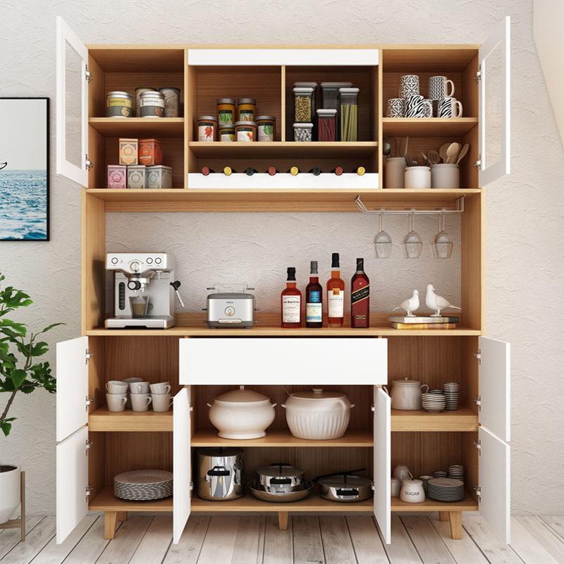 Tủ lớn với hệ ngăn tủ cực nhiều và rộng rãi. Tủ được thiết kế có hệ giá treo ly inox 2 hàng và hệ kệ để rượu nằm (8 chai)