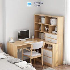 Bàn và tủ sách có kích thước lớn mang đến không gian làm việc thoải mái.
